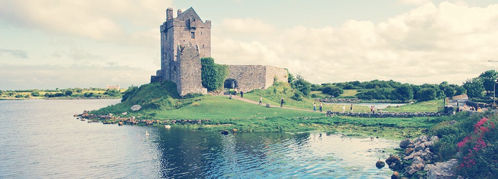 ~Ireland🍀 A calming view with fresh air. A perfect get away for couples. Lots of enriching history about Ireland. A lot of beautiful vintage castles.