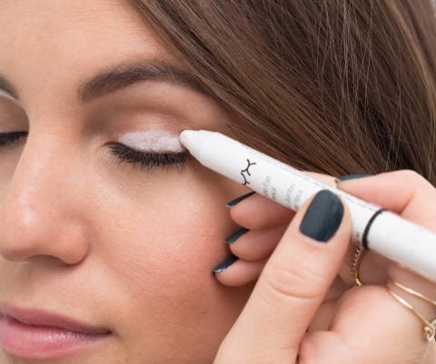 20.Make a less pigmented eye shadow more vibrant by covering your eyelid with a white eyeliner first.  This will help cancel out the color of your skin, creating aneutralbase for the shadow and making the color pop.