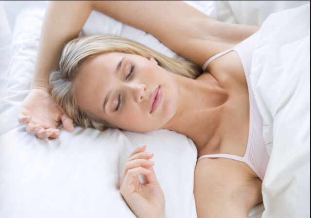 Change your sleeping position.People who sleep on their stomach or sides have a greater chance of waking up with under eye bags, since these positions allow fluid to collect under your eyes at night.