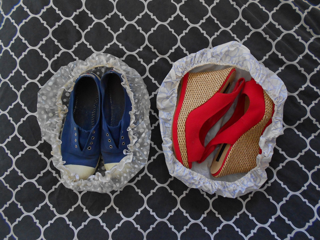 When packing your bag to go on holiday, use shower caps to cover your shoes to stop them damaging your clothes or making them dirty 👠👟