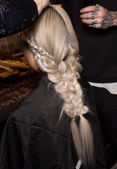 7⃣Pin two braids together to create the look of a much more intricate braid. No need to spend a lot of time making a masterpiece. Instead, braid two low pigtails in the back of your head, secure them with hair ties, and then discreetly bobby pin them together. (Tip via Thomas Osborn)