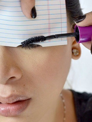 👀Use a index card to do your mascara so that you don't get any mascara on your upper eye-lid👀