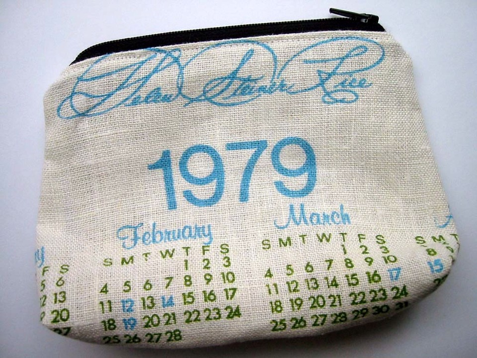 The old vintage tea towel calendar can be turned into a zipper.