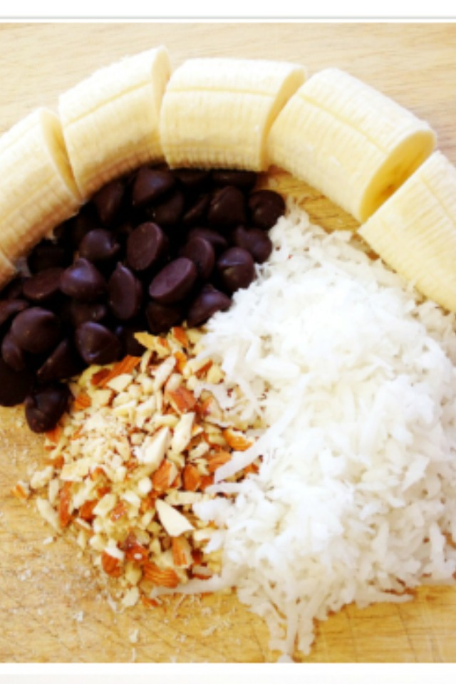 2/3 cup dark chocolate chips 1/4 cup shaved coconut 1/4 cup chopped raw almonds 2 bananas Popsicle sticks