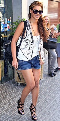 Now let's talk about the queen. White tank top, white studded vest, denim shorts, black heels. Hardcore angel. 👼