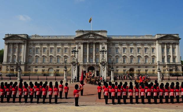 Buckingham Palace👑 See the queens house💕
