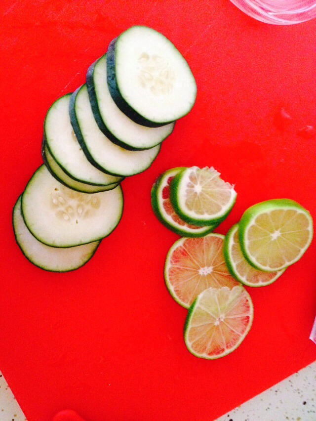 Cut thin slides of the cucumber and lemon.
