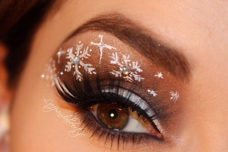 With this snowflake eye makeup you'll look stunning wherever you go!
