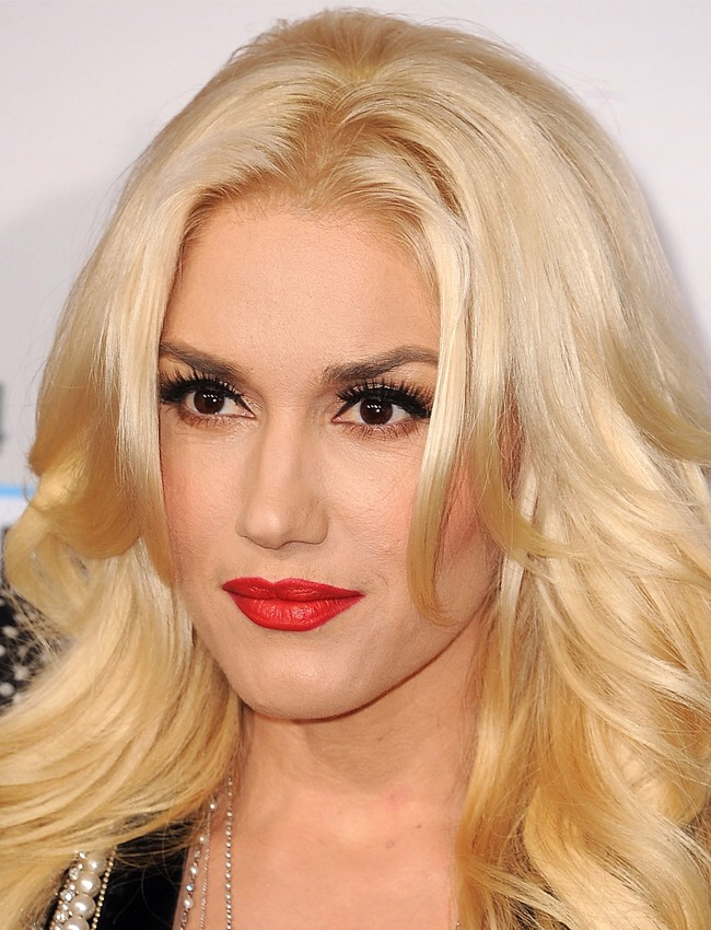 Line Along The Top Lashes Only When you're wearing a bold lip, like Gwen Stefani's signature red, the eyes shouldn't be the focus. But skipping eye liner entirely can make your face look a little naked. Instead, apply liner along the top lash line and finish with a smudge of eye shadow