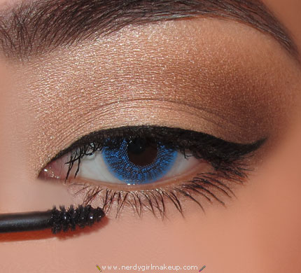 e769d8a3fb2 applying mascara to lower lashes by Jessica Negrete - Musely