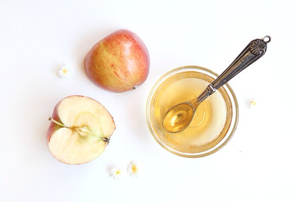 Apple Cider Vinegar Rinse The acidity of apple cider vinegar does wonders to smooth frizzy hair, and as an added plus gives it a great healthy shine.  After shampooing your hair (and completely rinsing shampoo out), pour the apple cider vinegar over your hair,being sure to cover all hair 30secRinse