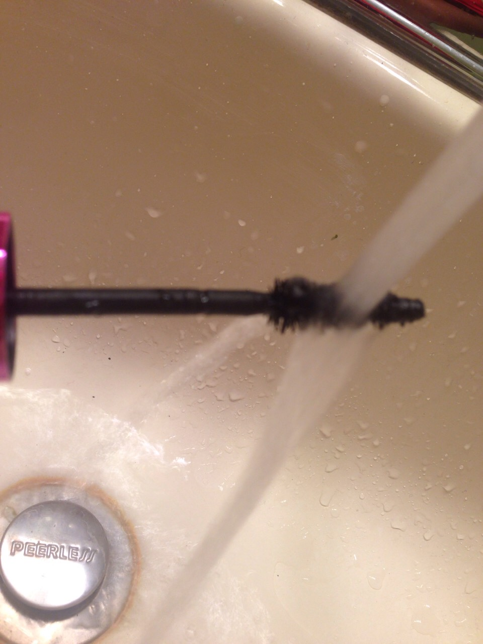 rinse off a WATERPROOF mascara brush for the bottom lashes. apply.