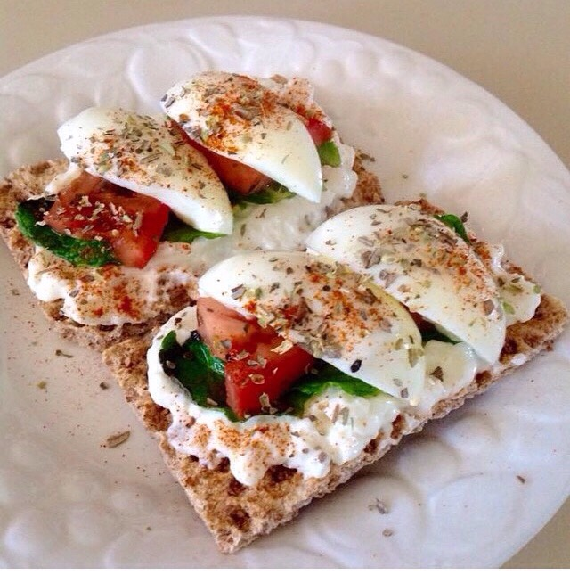 Egg whites, and 100g cottage cheese, mint leaves, tomato and Mexican chilli herbed with oregano on multigrain riveta crisps