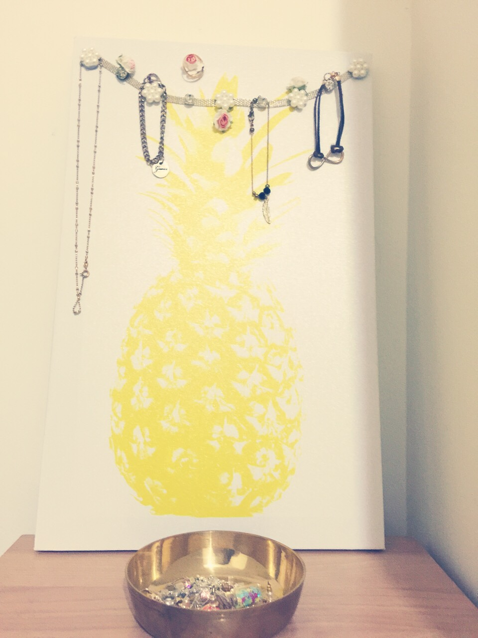 This is a super simple way you can make a cute jewellery display!