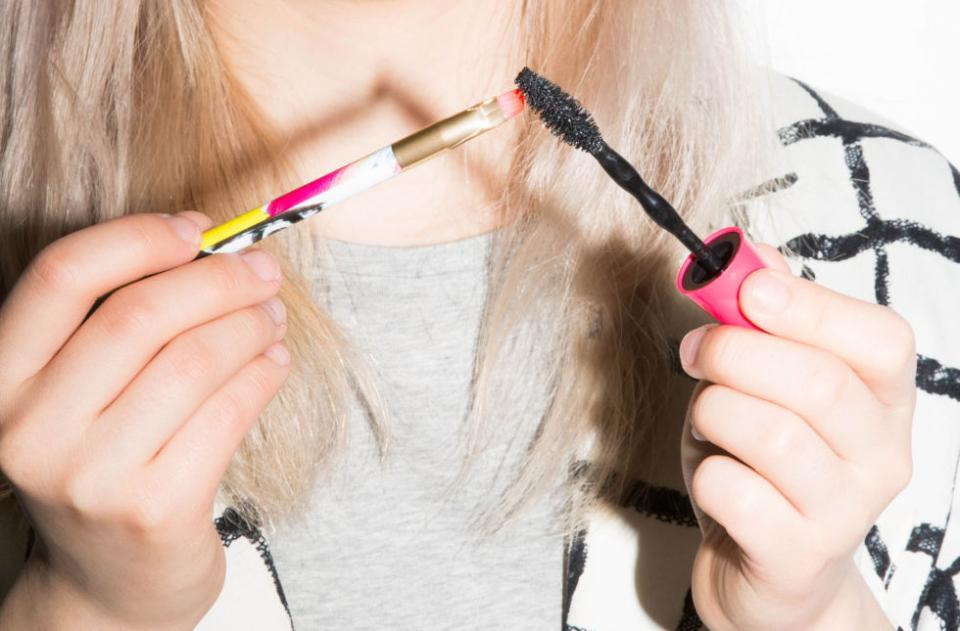 7. If you're out of liquid or gel eyeliner, borrow some mascara instead of going to the store. Use a small liner brush to grab the formula on your mascara brush.