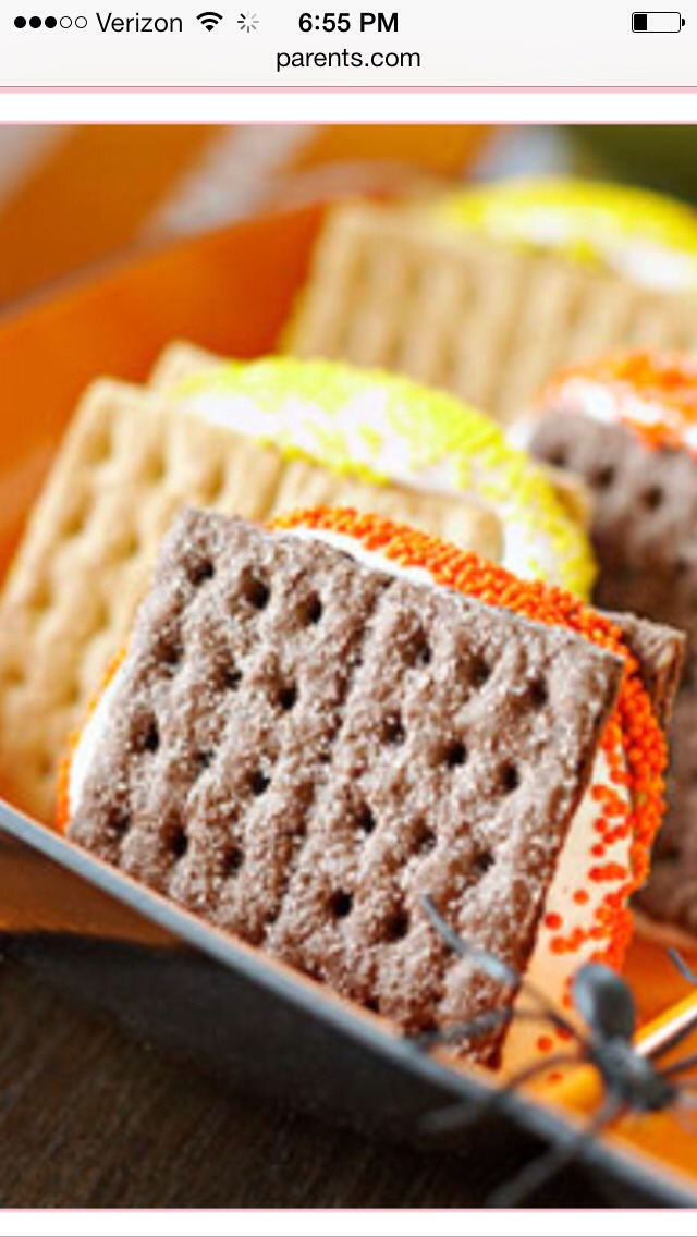 To make these colorful treats spread 4 graham cracker squares with chocolate hazelnut spread and 4 graham crackers