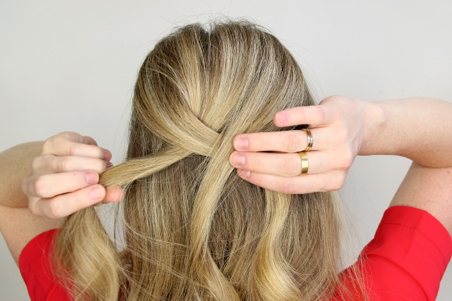 Step 3 / Separate the section into three pieces and cross the side strands over the middle, beginning a regular braid.
