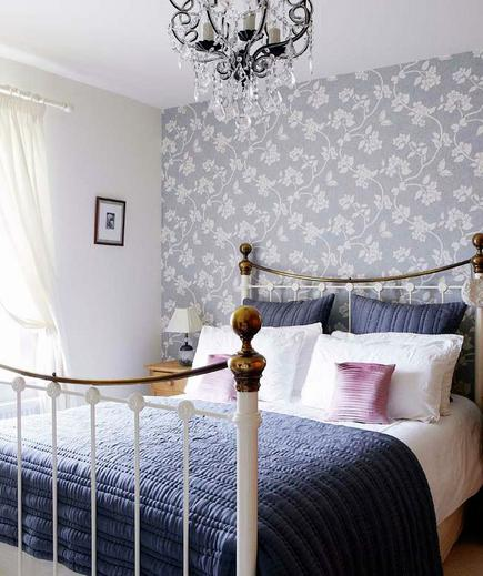 Elegant Florals A statement-making accent wall in a sophisticated floral print is just enough to spice up a bedroom. Keep everything else simple so nothing distracts from the power of the print.