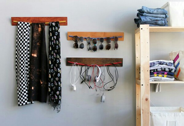 Make your own bungee wall organizer with planks of wood and bungee cords. As you can see they're perfect for your sunglasses, scarves and cables. You could also hang your belts and ties!
