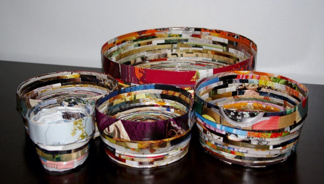 Bowls. Tutorial: http://alittlehut.blogspot.ca/2007/09/recycle-project-no-7-magazine-bowl.html?m=1
