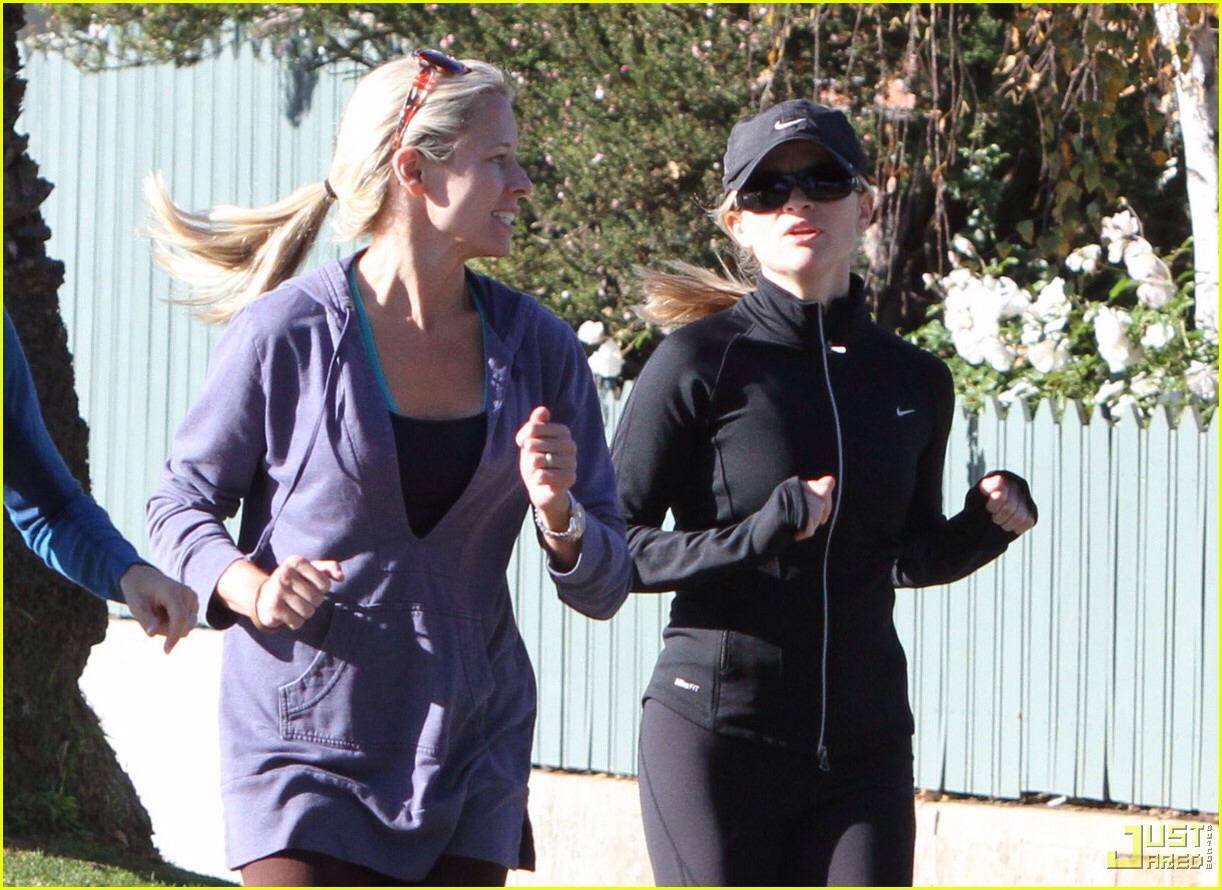 Jog with your friends and sing a song together--—the girl in the black outfit is Reese Witherspoon!!!!!!😱😆😆😱