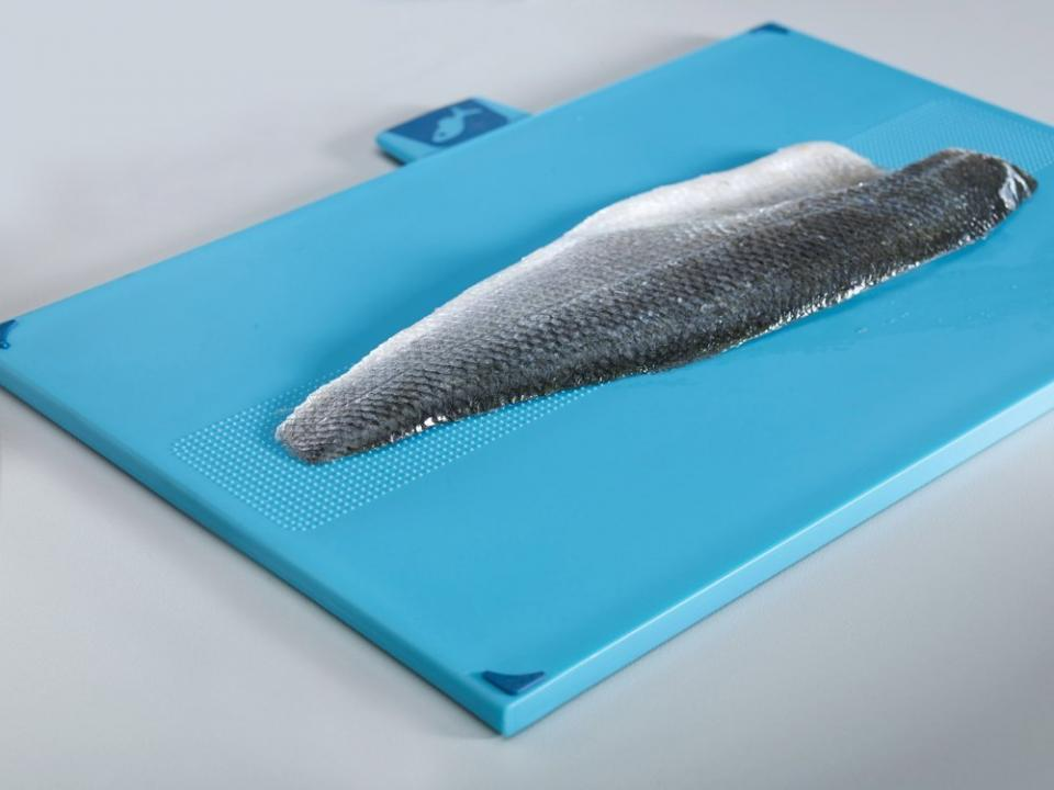 The fish board is equipped with an integrated fish grip for stable filleting. http://homegadgetsdaily.com/joseph-joseph-index-and-chopping-board-set/