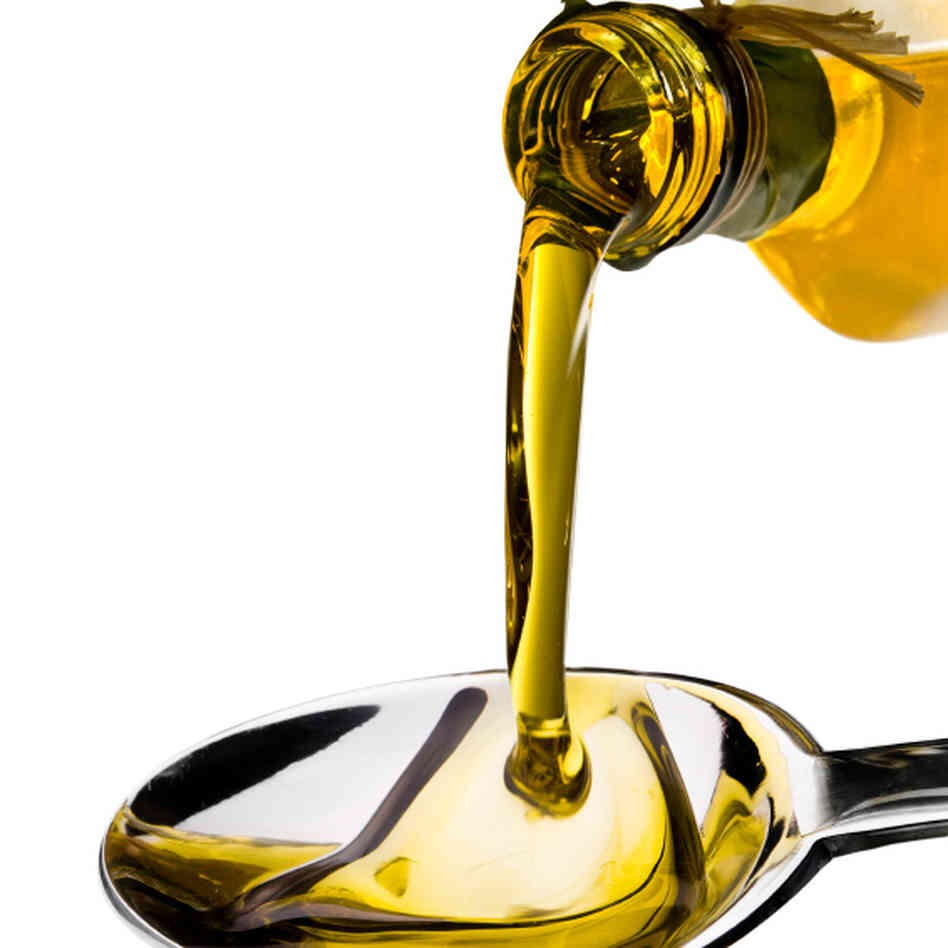 5) Apply oils. For an ultra-moisturizing lip treatment, rub a little oil on your lips. It will sooth and moisturize your lips while also protecting them from further damage. The following oils are helpful:  -Coconut oil -Almond oil -Jojoba oil -Olive oil