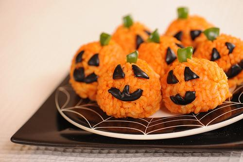 Carrot Rice Ball Mini Jack O'Lanterns  Weird, BUT… The idea of cooking the rice in carrot juice to make it orange is pretty great.  http://www.apronstringsblog.com/sugar-free-healthy-halloween-treats-carrot-rice-ball-mini-jack-o-lanterns-recipe/