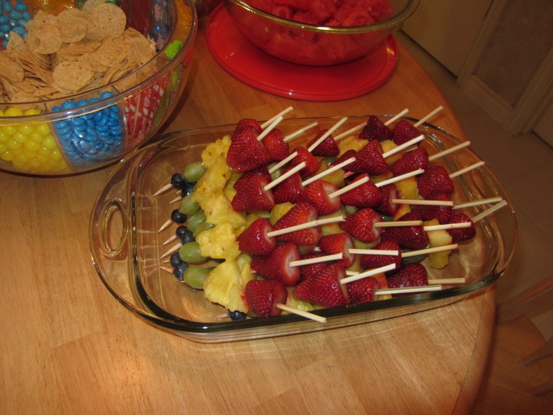 Traffic light Kebabs: Have: 15 green grapes, 2 peaches, 15 strawberries Method: halve the peaches and remove the stone,cut into bite-sized chunks Wash and pat dry grapes and strawberries Thread fruit chunks onto a kebab skewer following the traffic light order: strawberry, peach then (green) grape.
