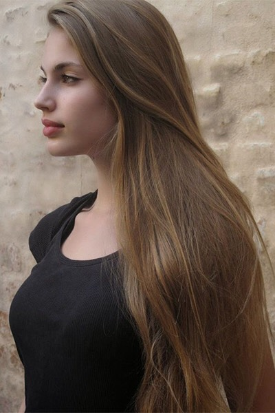 The golden strands throughout this cool, glossy medium brown shade catch the light but still look natural.