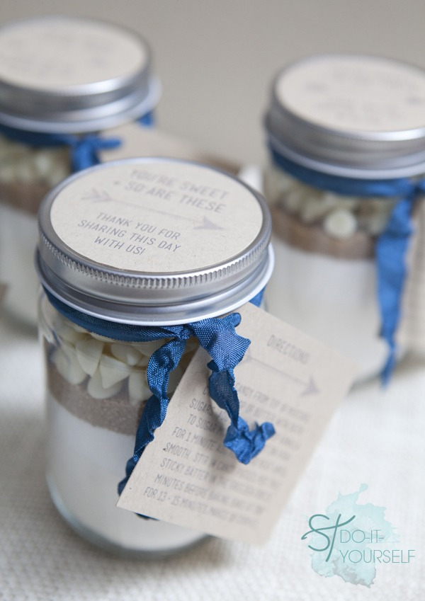 Cute jar cookie mix ! Cute gift to give! Supplies needed: mason jar,