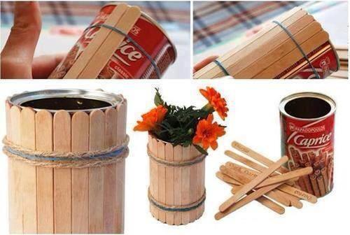 Recycle an old tin by placing 2 rubber bands on the top and bottom part and order wooden sticks. Tie everything together with colored strings.