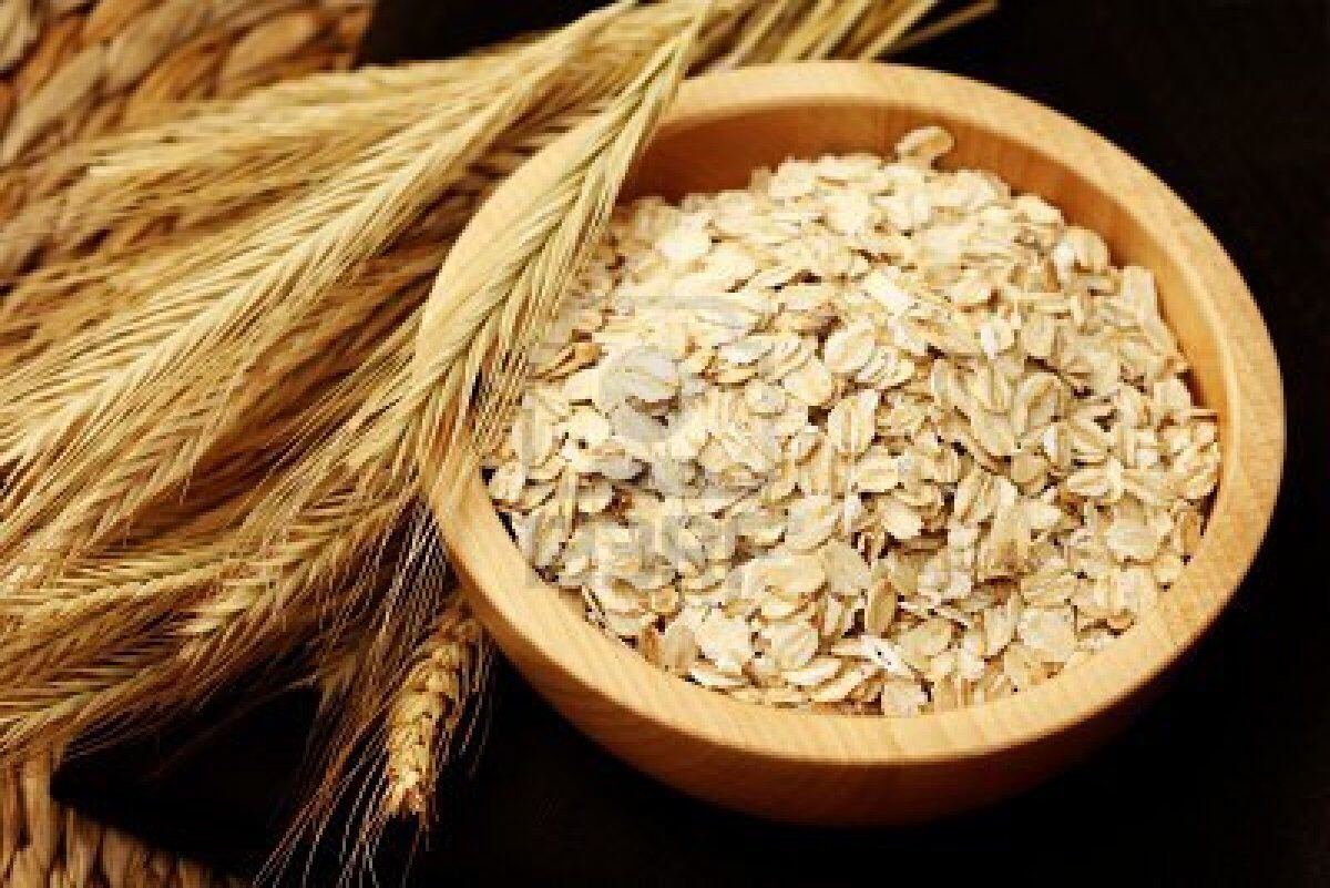 If you have dry skin and want to moisturize and nourish we have a great solution for you. Mix 3 tablespoons oatmeal with 1/4 cup milk. Allows hydrate flakes in the liquid for about 10 minutes, the result should be a layer with certain thickness. Apply to your face with gentle circular motions,