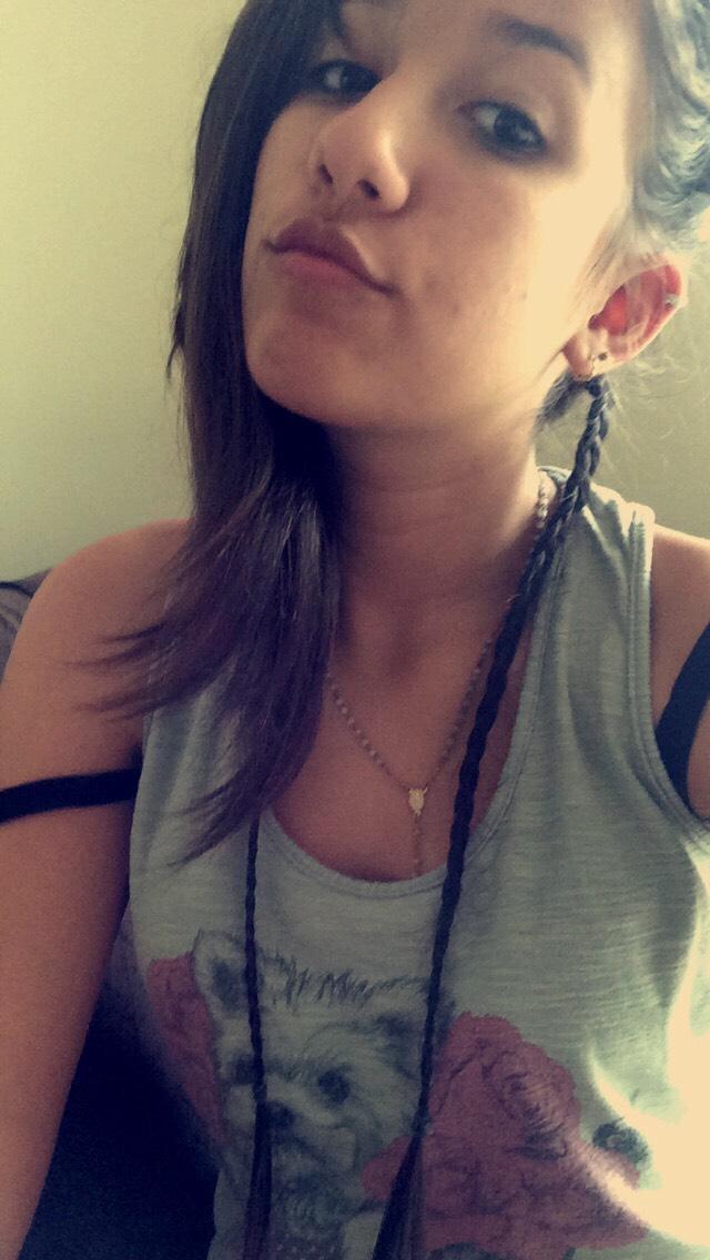 first you make two braids in a lock in your hair background / faça duas tranças no fundo do cabelo