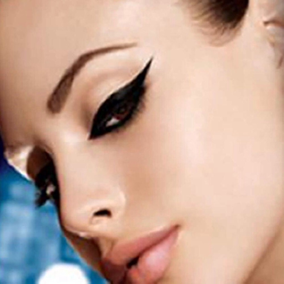 Out of eyeliner? Then just dip the eyeliner brush/tip into mascara! For a more liquid touch add a very little amount of warm water.