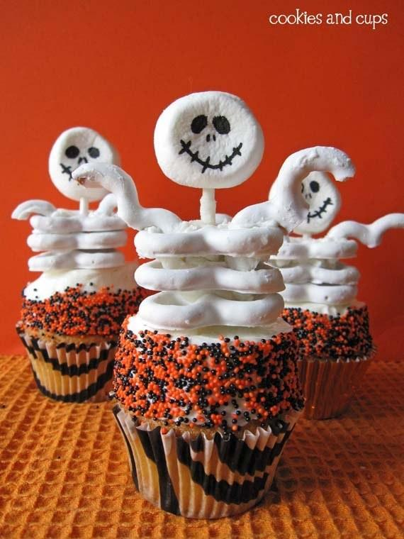 Recipe: http://cookiesandcups.com/skeletons-and-scenes-from-a-playground/#_a5y_p=1002220