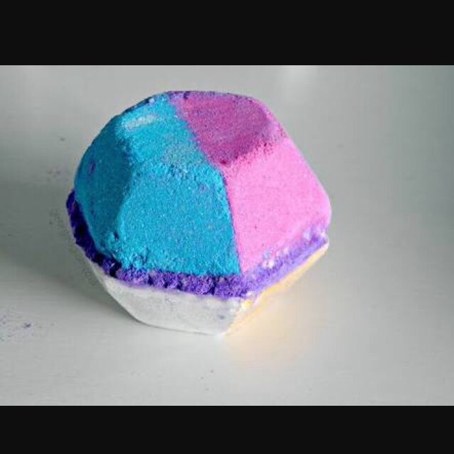 🔥-The Experimenter (Bath Bomb) This bathbomb is gorgeous to watch fizz with all of it beautiful colours. The purple middle is a slow fizzer. The water turns a cool grey/blue colour and smells of vanilla. Highly approve