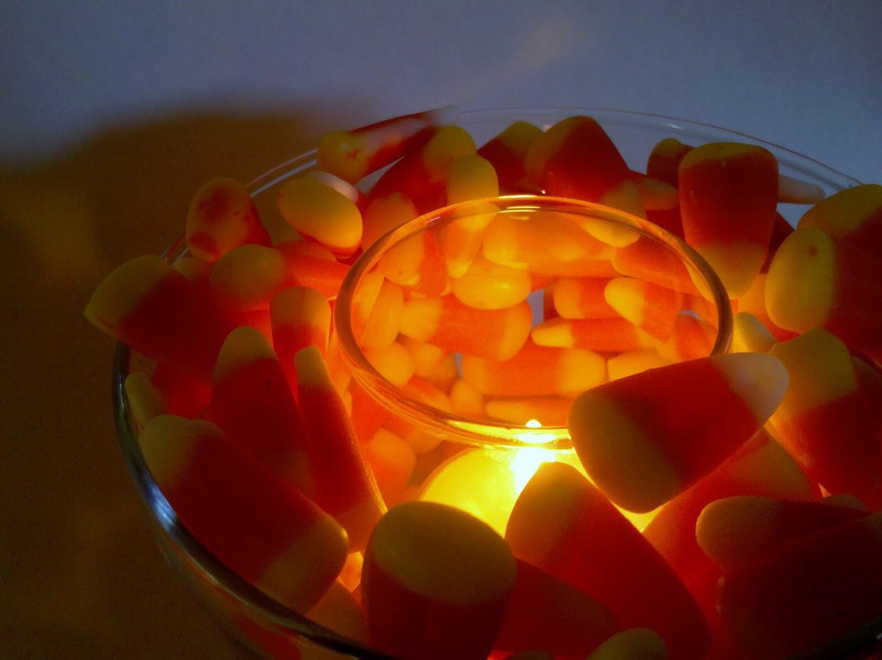 supplies: large clear bowl, candy corn, clear glass candle.  how to: <this is pretty self explanatory! All you do is place the candle in the large bowl than fill the rest of the bowl with candy corny so simple but cute!