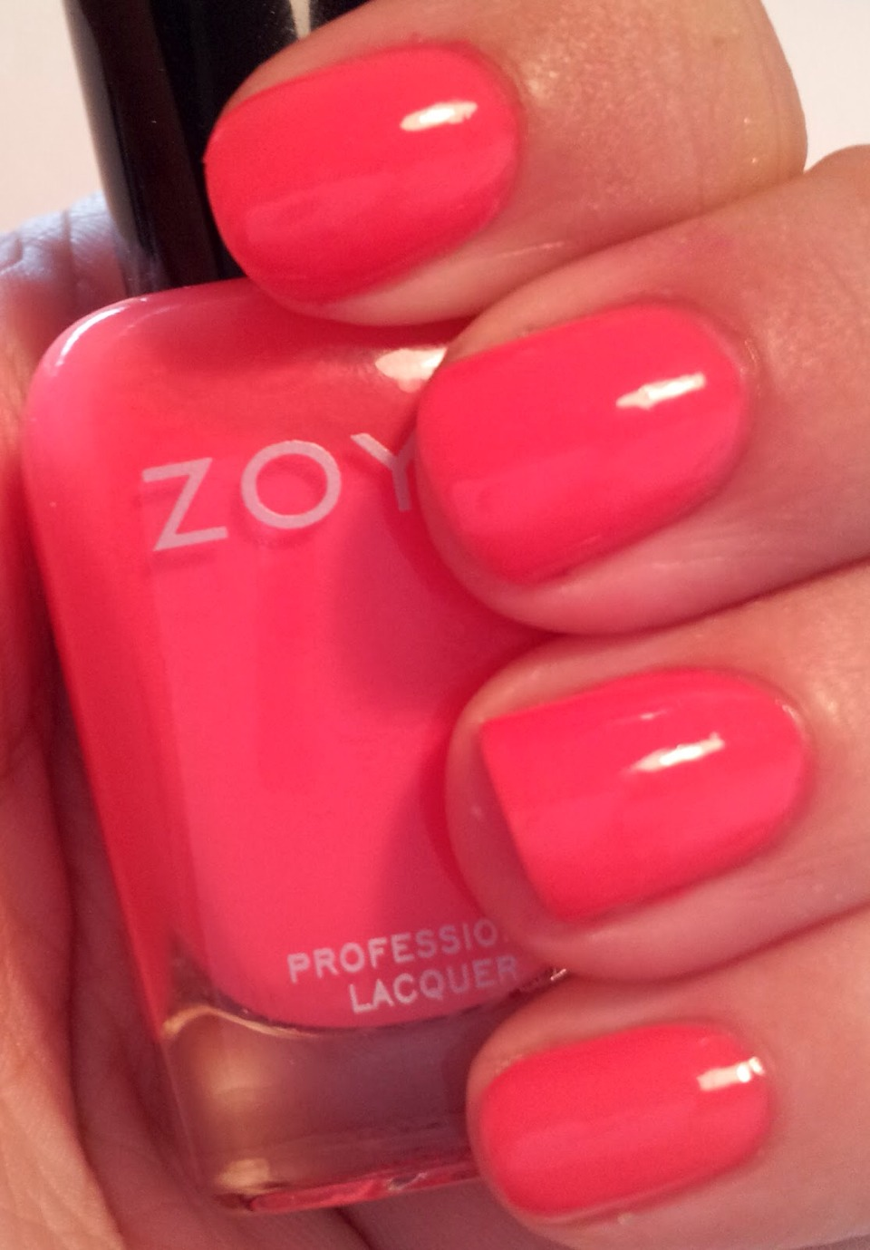 My favourite nailpolish colour for summer. Coral! I love this colour for summer because it is such a warm beautiful colour mixed between pink and orange and is so vibrant and bright.