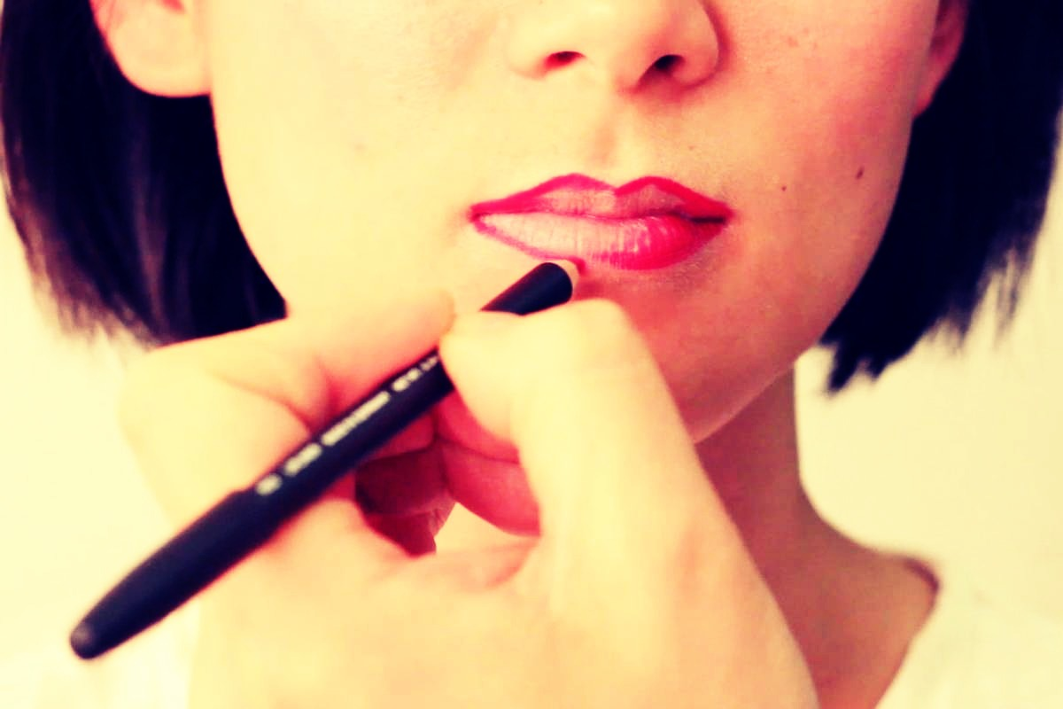 Use lip liner and fill in your lips to make your lipstick last longer! 👄