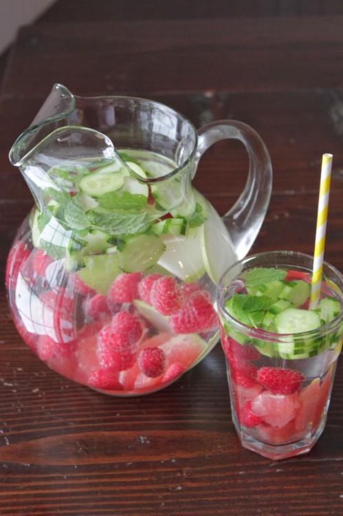 Ingredients: Water Raspberries Sliced grapefruit Cucumbers  Pears and fresh mint