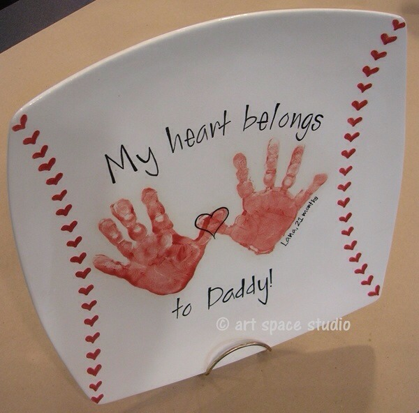 This easy to re-create handprint plate is the perfect gift for daddy or even grandpa! Just have a child put their handprint on the plate as shown and you can do the rest!