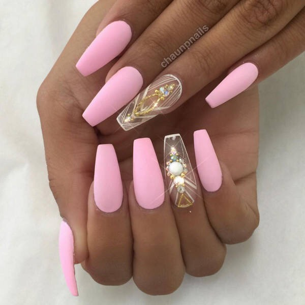 This look is beautiful. I especially love that the accent nail is clear. It adds a little rough look while still being chic.