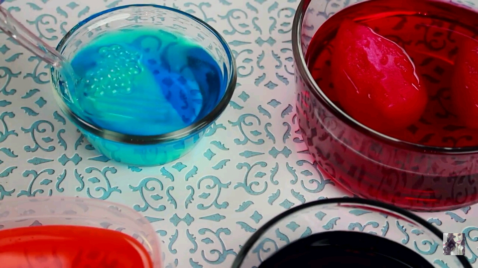 Press the sponge ,with the help of a fork, in the water, so it will absorb the colour.