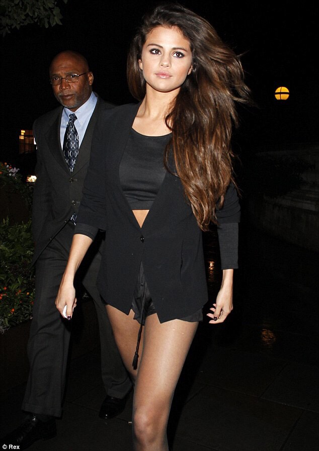 This is just the ultimate classy and cool night out fashion. Selena's on point.