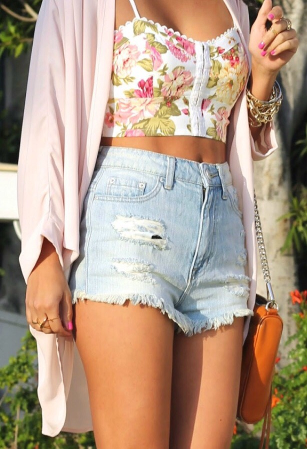17. FLORAL CROP TOP This outfit should be your go-to summer music festival look!