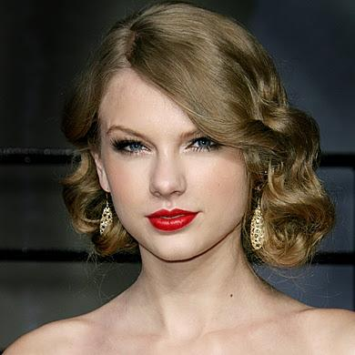 One of the first prom makeup ideas to consider for the big day is vintage-inspired beauty. As pictured above, Taylor Swift has her signature cat eye and gorgeous red lip that are absolute staples for the vintage look. This makeup look would go great with long, A-line dresses or short, retro pieces