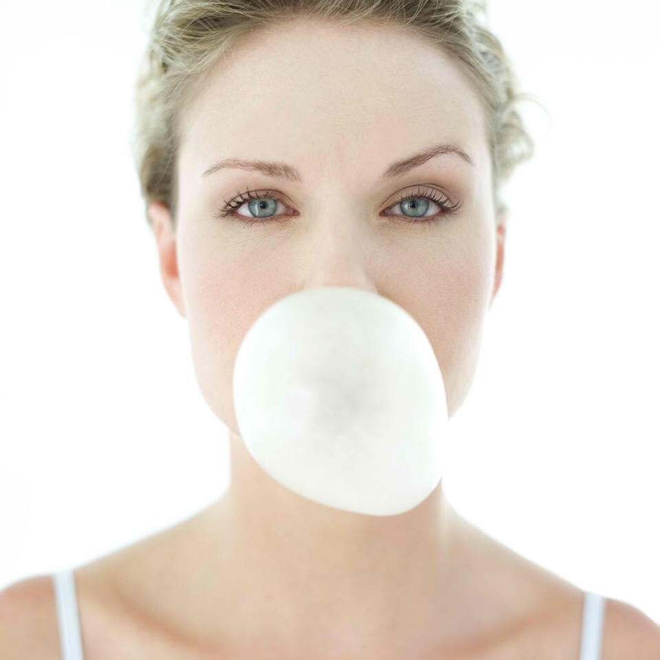 Pop gum in your mouth Even if you've told your kids to stop chomping on their gum, you'd be smart to keep chewing the stuff. Besides freshening breath, and sending a signal to yourself that you're finished eating, gum-chewing has a 150-pound woman blowing off 11 calories every 12 minutes.
