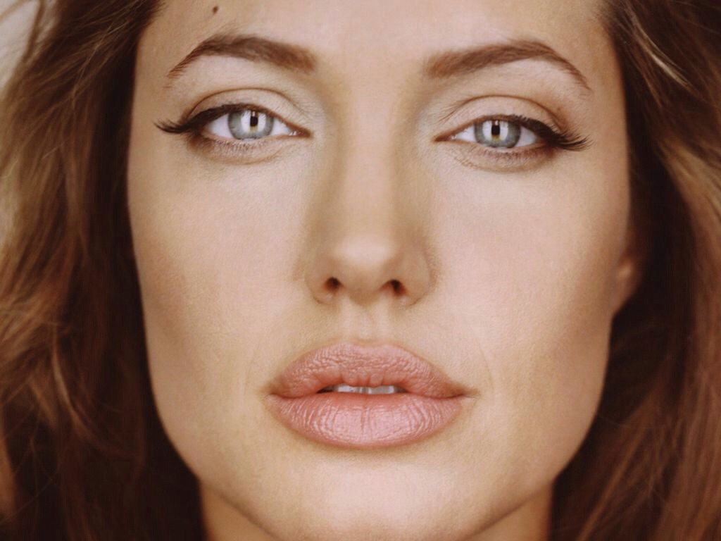 But for a more dramatic effect, don't be afraid to line your lips just outside of your natural line. When I say just outside of your natural line, I mean slightly. You don't want to look like a clown by over doing it! Just like Angelina :)