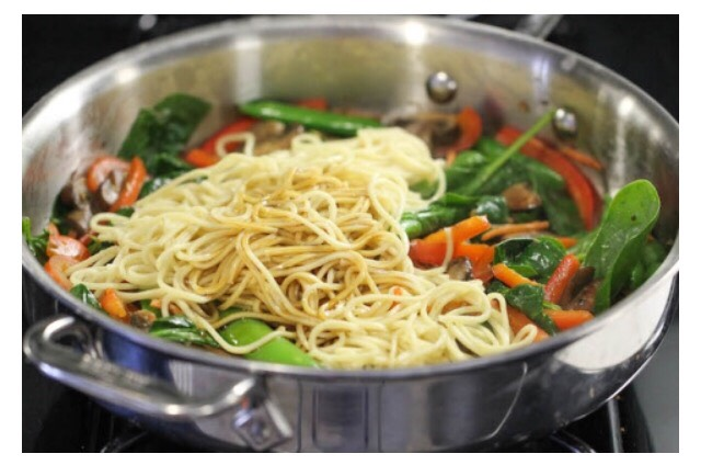 Ingredients  8 ounces lo mein egg noodles 1 tablespoon olive oil 2 cloves garlic, minced 2 cups cremini mushrooms, sliced 1 red bell pepper, julienned 1 carrot, julienned 1/2 cup snow peas 3 cups baby spinach